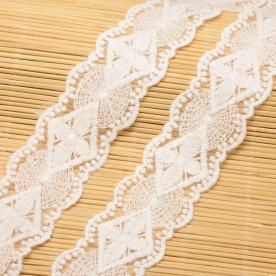 Кружево белого цвета с шитьем, ширина 37 мм , 90 см