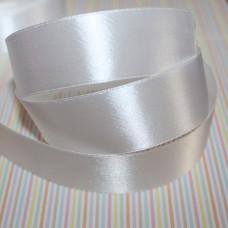 Атласная лента белого цвета, длина 90 см, ширина 25 мм.