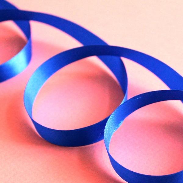 Атласная лента ярко-синего цвета, длина 90 см, ширина 12 мм