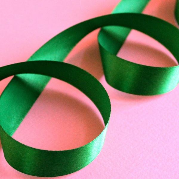 Атласная лента зеленого цвета, длина 90 см, ширина 20 мм
