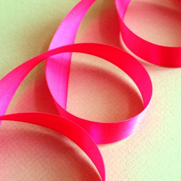 Атласная лента ярко-розового цвета, длина 90 см, ширина 20 мм