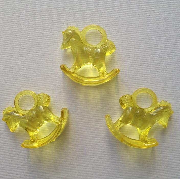 """Акриловая подвеска """"Лошадка"""" желтого цвета, 29х27х10 см"""