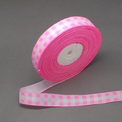 Атласная лента с принтом в розовую клетку, ширина 25 мм, длина 90 см.
