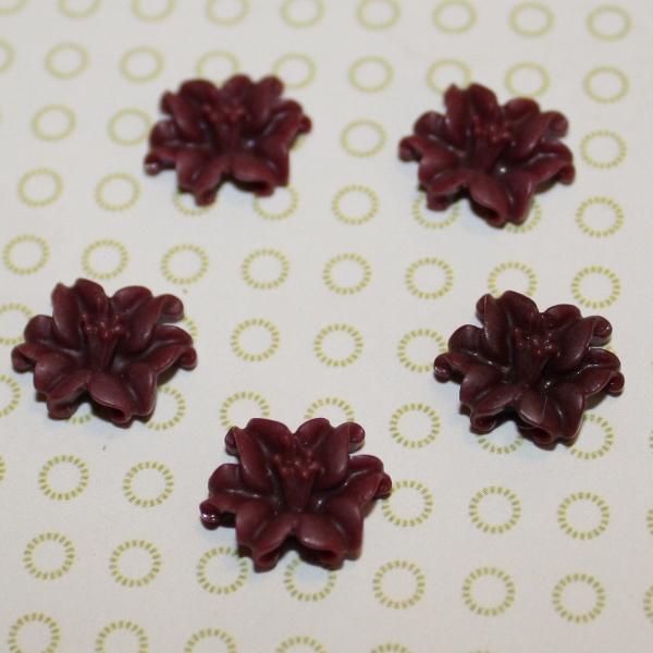Кабошон Лилия бордового цвета, 13 мм, 1 шт