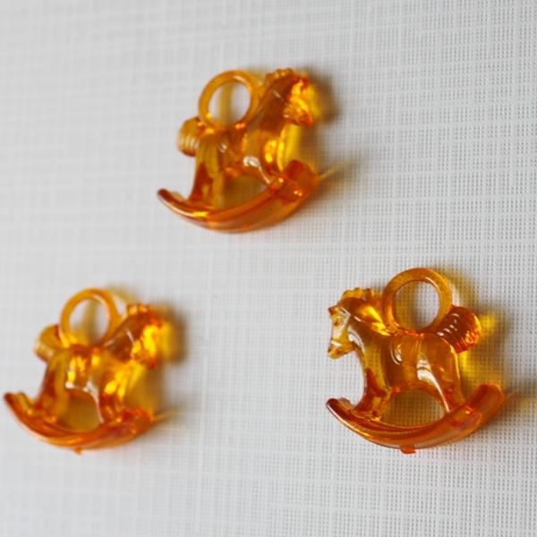 """Акриловая подвеска """"Лошадка"""" оранжевого цвета, 29х27х10 см"""